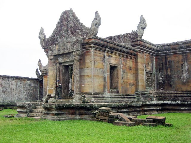 Cambodia, Thai defence ministers meet at temple