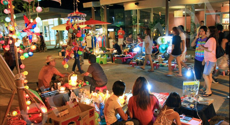 The Sunday Walking Street market (Lard Yai).