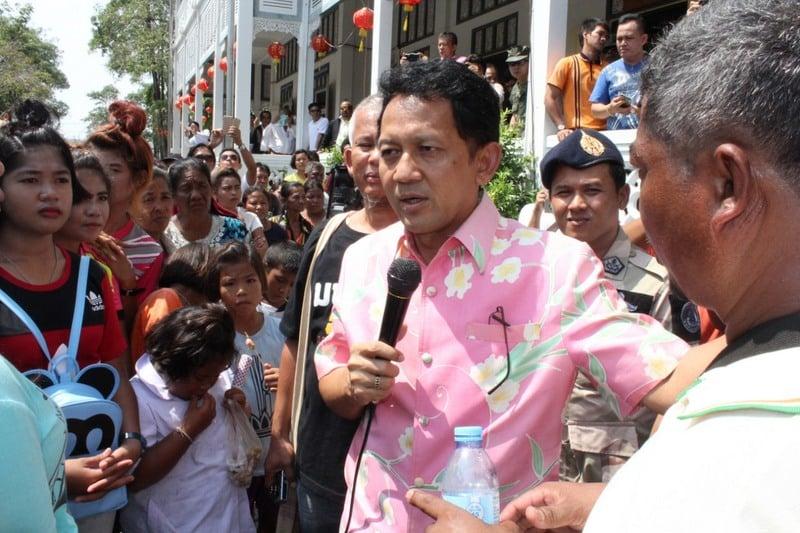 Phuket Governor Chamroen addresses the crowd of sea gypsies waiting outside Provincial Hall. Photo: Darwan Naknakhon