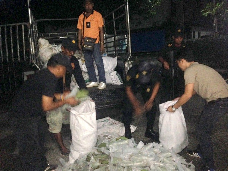 The suspects were caught unloading a shipment kratom from a pickup truck at a house on Koh Siray. Photo: Eakkapop Thongtub