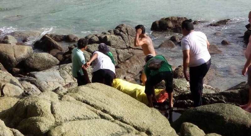 Rescue workers recover the 23-year-old French tourist Anne Sophie Faisant Torrijos from rocks near Phuket's Nai Thon Beach. Photo: Eakkapop Thongtub