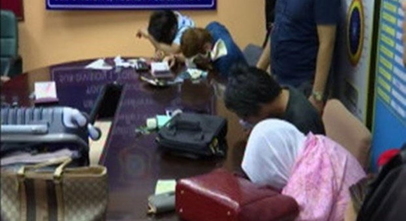 Five Filipinos are interrogated by police at the Tourist Police Division yesterday night (Sept 7) after a stolen diamond necklace was found in their luggage as they were about to board a flight from Don Mueang airport to Phuket. Photo: Post Today