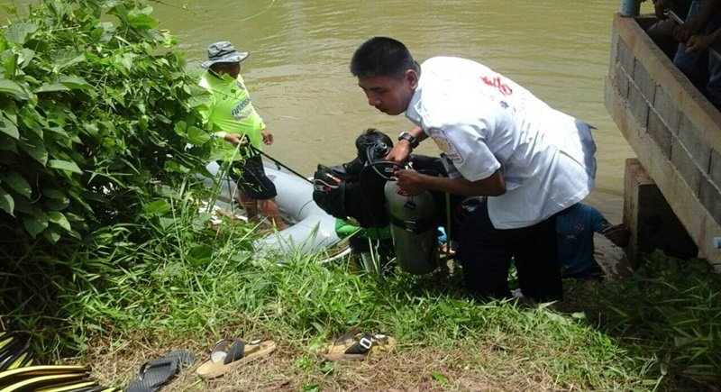 It toook divers half an hour to retrieve the body from the pond. Photo: Eakkapop Thongtub