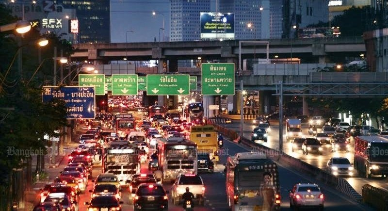 Deputy Prime Minister Prawit Wongsuwon yesterday (Sept 22) decreed that authorities have a month to 'clear Bangkok streets' of rush-hour scenes like this – but gave no details on 'or else'. Photo: Patipat Janthong