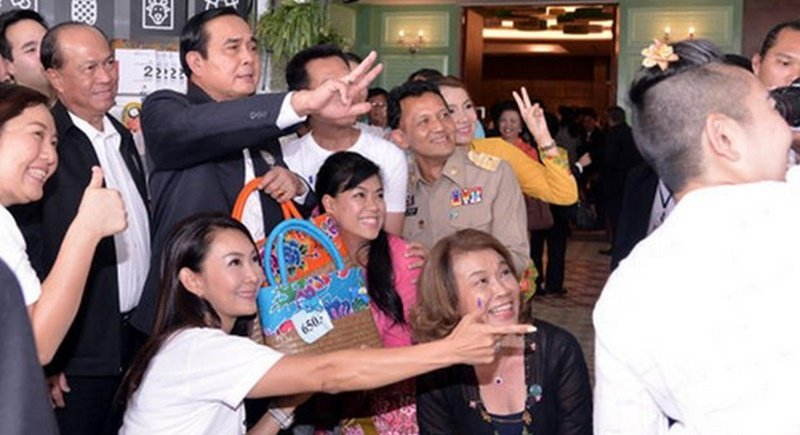 Prime Minister Prayut, seen here posing for photos with Government House visitors says the case surrounding ex-premier Yingluck Shinawatra is straightforward, and it's not bullying. Photo: Government House via Bangkok Post