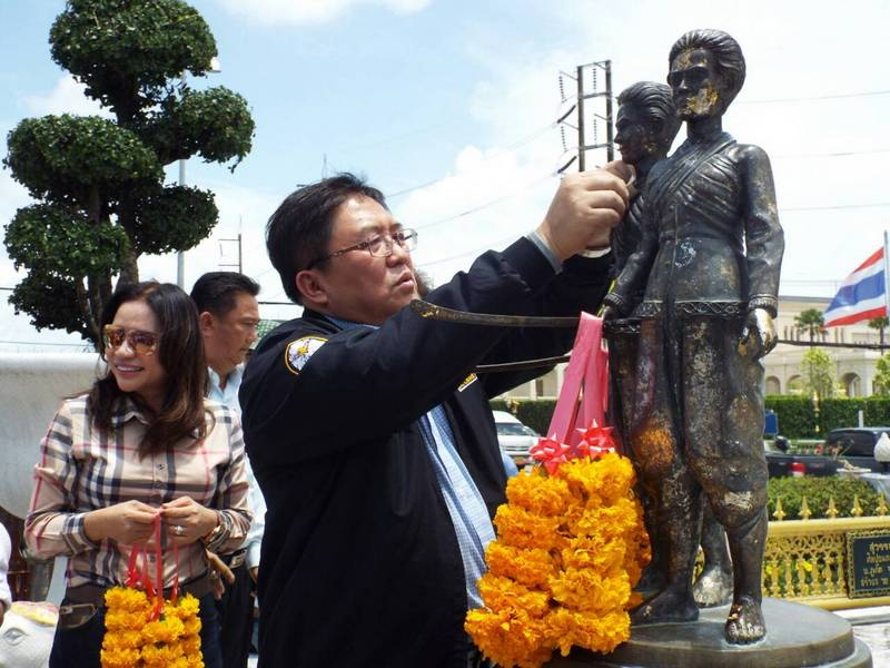 New Phuket Governor Chockchai Dejamornthan arrived on the island this morning (Sept 30) and made  paying homage to the island's famed two Heroines his first priority. Photo: Eakkapop Thongtub