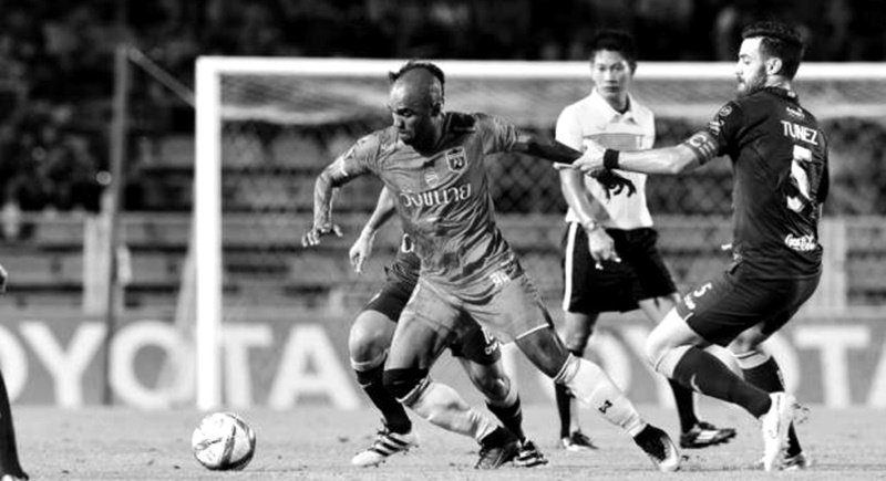 Chainat's Florent Sinama Pongolle (left) vies with Buriram's Andres Tunez in a Thai League match. Photo via Bangkok Post