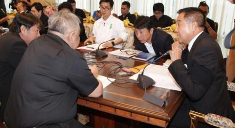 Thai football chief Somyot Poompunmuang (right) during yesterday's (Oct 17) meeting. Photo: Tawatchai Kemgumnerd