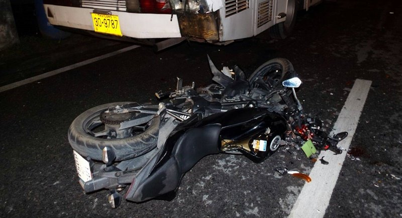 The driver rear ended the bus at around 5am yesterday. Photo: Eakkapop Thongtub