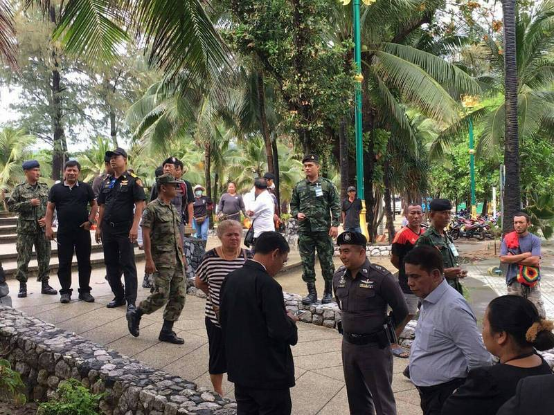 Military personnel were present as Patong Municipality workers moved in to reclaim the building yesterday (Nov 23). Photo: Darawan Naknakhon