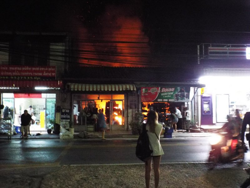 The fire quickly blazed through the connect homes at the Baan Don Community market in central Phuket before dawn this morning (Mar 15). Photo: Eakkapop Thongtub