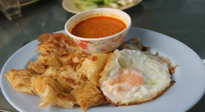 A classic plate of 'roti gaeng gai kai dao'. Photo: Mark Knowles