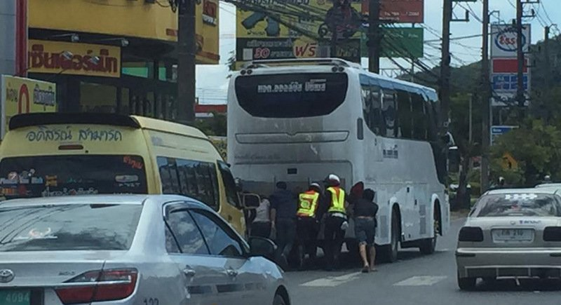 Phuket Traffic Police were praised for helping to push the broken-down tour bus, which would have easily weighed more than nine tons. Photo: Wiphongsak Mongkhonbut