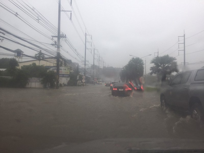 Phuket roads flooded this morning as officials issued a severe weather warning. Photo: Eakkapop Thongtub