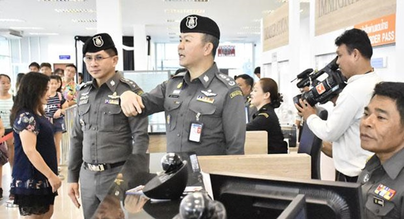 Immigration police commissioner Natthathorn Prohsunthorn (centre) announces his policy at the Sadao border crossing in Songkhla province on yesterday (July 11). Photo: Suwit Kaewhorthong