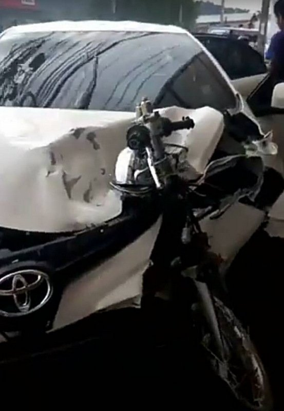The force of the impact left the forks and front wheel of the motorbike being driven by Mr Pririya still lodged in the front of the car. Image Screenrgrab / Tang Kata Thubkaew
