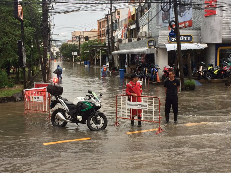 Areas across Phuket Town continue to suffer minor flooding today (Aug 28). Photo: Eakkapop Thongtub