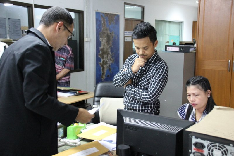Lawyer Narongrit Naetikiettiwong presents his formal request to the Phuket Land Office. Photo: Eakkapop Thongtub