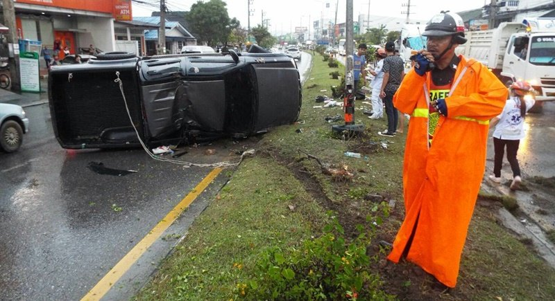 Rescue workers attended the scene to find a grey Isuzu pickup truck on its side on the southbound side of the road with the front of the vehicle resting on the central reservation. Photo: Eakkapop Thongtub
