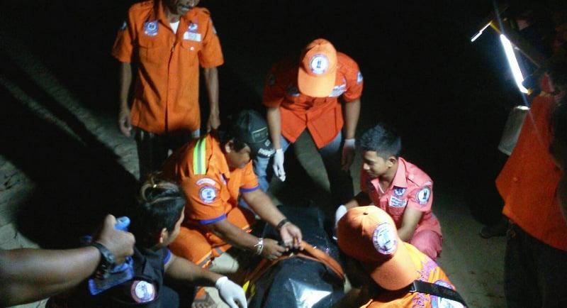 Ruanjai Kupai rescue workers recover the body of  22-year-old Chinese tourist Shi Yiqing, from Jiangxi, at Kata Beach last night (Oct 1). Photo: Ruamjai Kupai Foundation