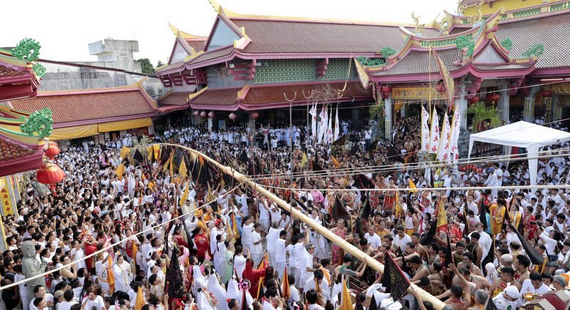 Thousands of devotees turned out at the Jui Tui Shrine yesterday evening for the Seng Ko Teng Thiao pole-raising ceremony so that the Nine Emperor Gods could descend from the heavens, marking the traditional beginning of the festival. Photo: Eakkapop Thongtub