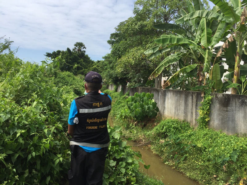 Phuket police believe a skull found near where the drain empties into a canal belongs to the headless corpse found in a roadside drain in Thalang on Saturday night (Dec 9). Photo: Eakkapop Thongtub