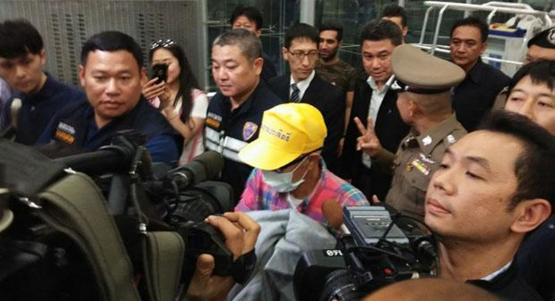 Shirai Shigeharu, 72, a former leader of a branch of the Yamaguchi-gumi yakuza syndicate, is taken to Suvarnabhumi airport for extradition to Japan yesterday night (Feb 1). Photo: Sutthiwit Chayutworakan