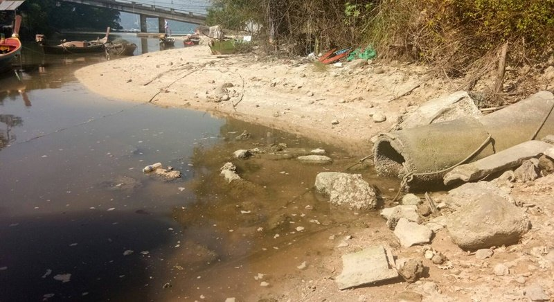 The thick, dark sewage has spurred complaints from villagers and tourists since yesterday (Feb 9) not only regarding environmental concerns, but also for the pungent smell it has caused in the area. Photo: Tanyaluk Sakoot
