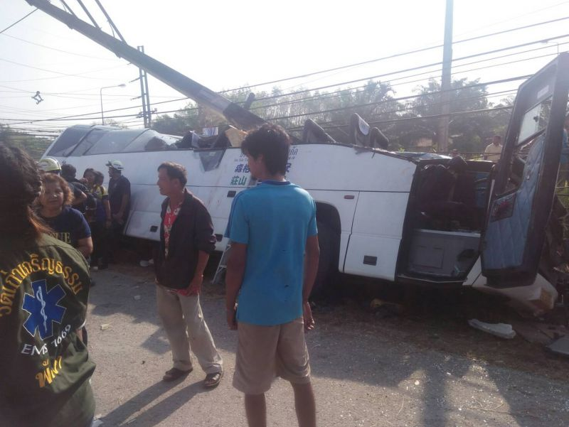 The driver of the bus was pronounced dead at the scene, while one tourist was seriously injured. Photo: Wat Khao Charoentam Rescue Team