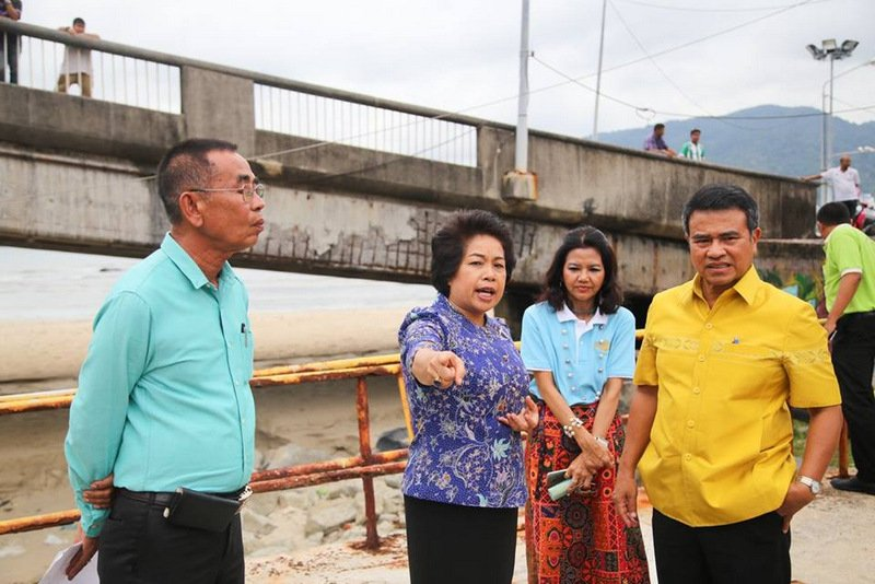Patong Mayor Chalermluck (left) points out the polluted canal to Phuket Governor Norraphat Plodthong (right) during the inspection yesterday (April 25). Photo: Patong Municipality