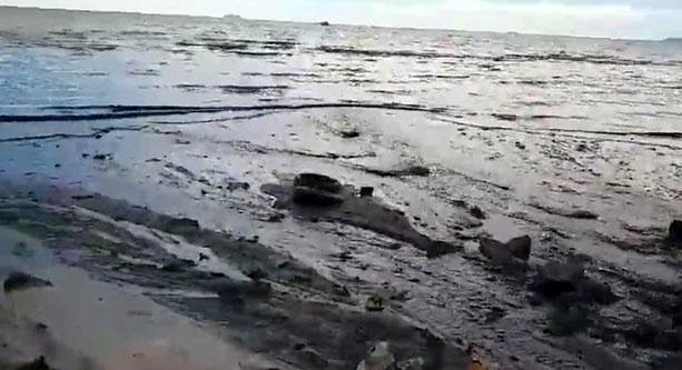 Black muck fouls Jomtien beach in Pattaya after wastewater was washed out to the sea after days of rain. Screebgrab: Anond Seelaphusidh / Facebook