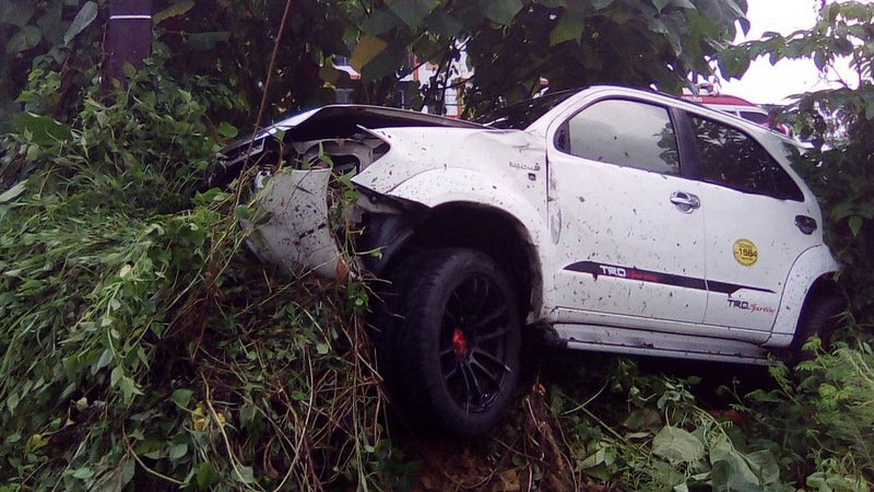 Phuket taxi driver flees scene after going off-road, hitting power pole