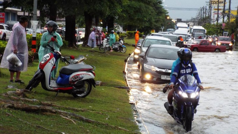Heavy rains flooded major roads across Phuket, bringing traffic in many areas to a standstill. Photo: Eakkapop Thongtub