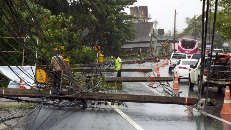 Strong winds brought power lines down onto Phuket's busy Thepkrasattri Rd just after midday today (June 18). Photo: Eakkapop Thongtub