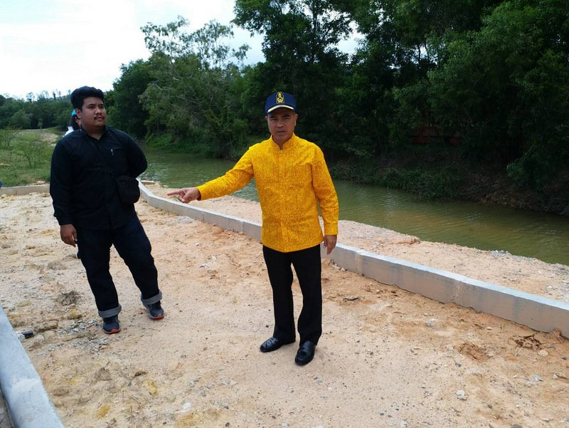 Phuket Governor Norraphat Plodthong yesterday (Aug 2) inspects the site of the Phuket Historical Park  in Thalang, which originally was announced to cost B350 million. Photo: PR Dept