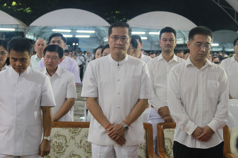 Tourism Minister Weerasak Kowsurat joined the mass ceremony at Saphan Hin last night (Aug 22) to honour the spirits of the 47 Chinese tourists who died in the 'Phoenix' tour boat disaster. Photo: PR Dept
