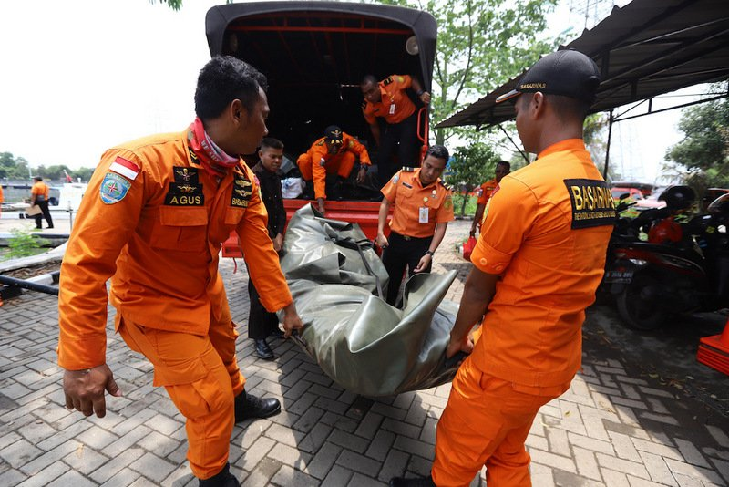 Members of a rescue team prepare to search for survivors from the Lion Air flight JT 610, which crashed into the sea, at Jakarta seaport yesterday (Oct 29). Photo: AFP / Resmi Malau