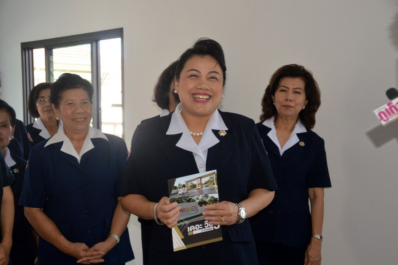 Phuket Red Cross President Sitthinee Tavipatana inspected the top-prize house on Friday (Dec 21). Photo: PR Dept