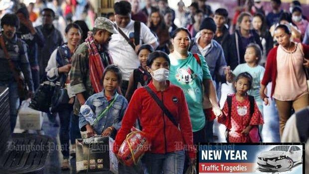 People arrive at Hua Lamphong railway station in Bangkok on Tuesday, the end of the long New Year's weekend. Photo: Varuth Hirunyatheb / Bangkok Post