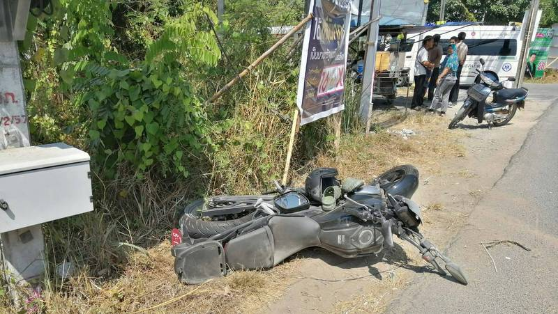 The motorbike of the British man who died in an accident in Rawai on Monday (Mar 11). Photo: Nattapol Kaewpraju