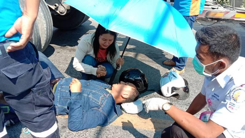 The motorbike rider was taken to Thalang Hospital with a broken leg. Photo: Eakkapop Thongtub