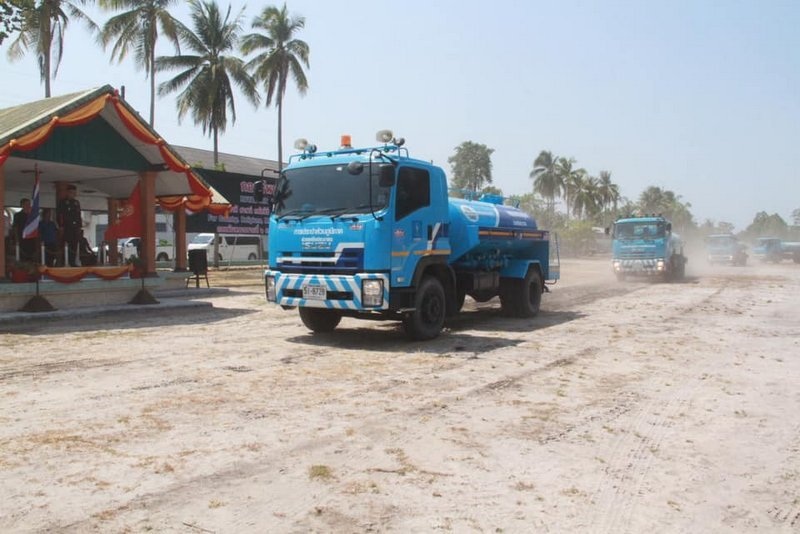 PWA water trucks began delivering emergency relief water supply to residents Nakhon Sri Thammarat and Surat Thani yesterday (Mar 21). Photo: PWA