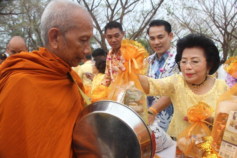 Leading officials and guesst began Songkran today with traditional ceremonies at Saphan Hin. Photo: PR Dept