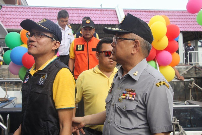 Phuket Governor Phakaphong Tavipatana led an inspection of Rassada Pier this morning (Apr 13). Photo: PR Dept
