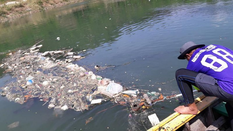 Patong council worker Theeraphong Penmit cleans the canal every day after work, and his friends join him on Sundays. Photo: 'Storm Garbage' / Facebook
