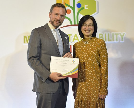 Matthias Y. Sutter (left), General Manager, JW Marriott Phuket Resort & Spa, also received the certificate of Appreciation from Nichapa Yosween (right), Thailand's Convention & Exhibition Bureau's Senior Vice President; in recognition of participation in MICE Sustainability Thailand project, the hotel initiative of Food Waste Prevention.