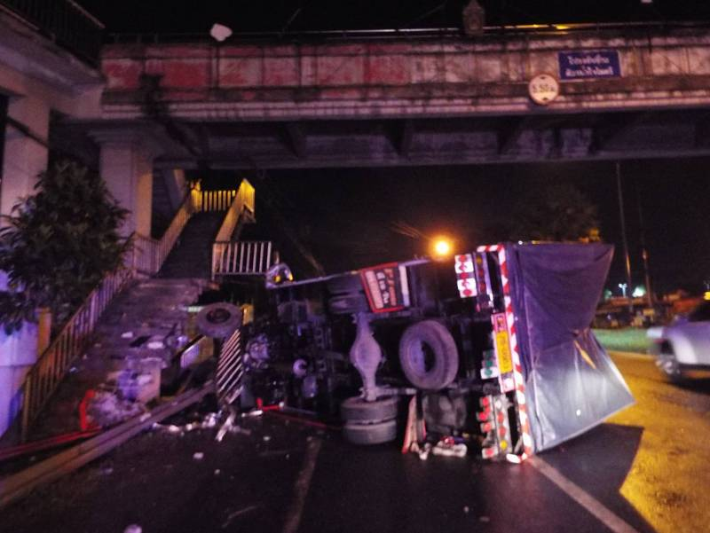 The driver, Sakchai Auppala, 34, told police that the he road was wet from rain that had just stopped, causing him to lose control of the truck and hit the concrete footbridge stairs. Photo: Eakkapop Thongtub