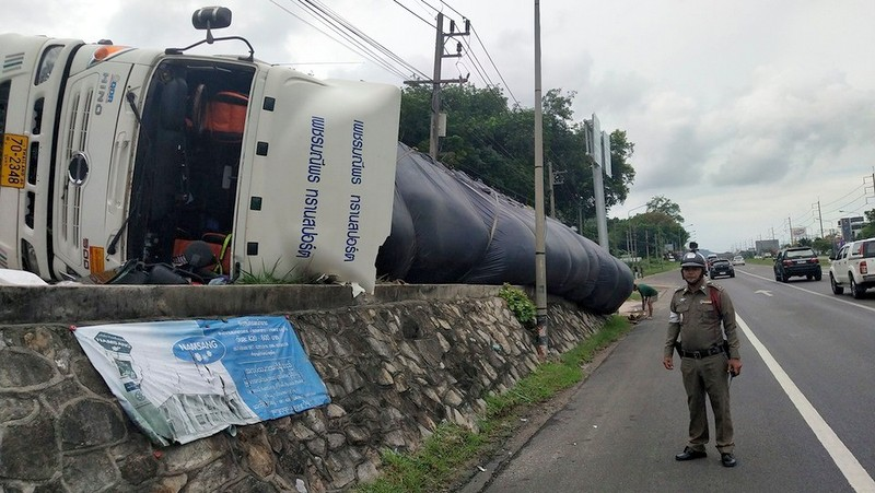 The truck and trailer flipped onto its side beside the bypass road yesterday afternoon (May 23). Photo: Phuket City Traffic Police