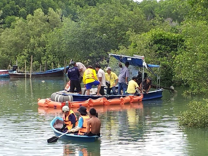 Marine Rangers in action among mangroves.. Photo: DMCR