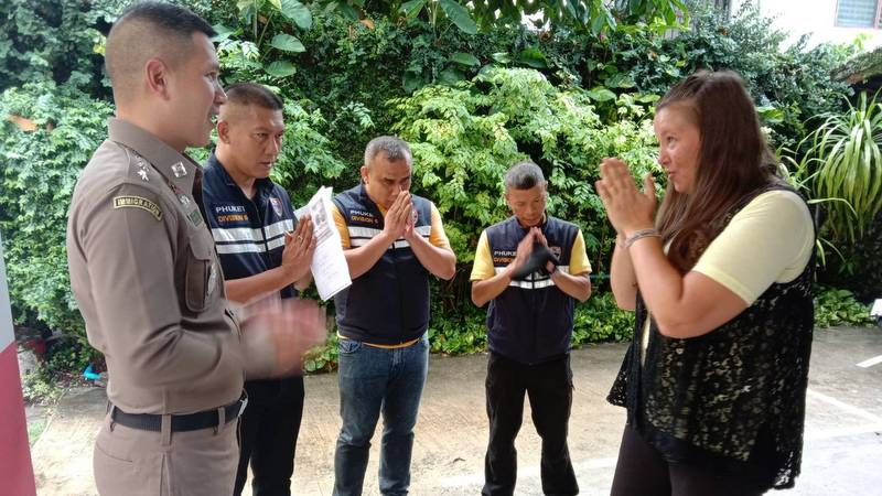 Satu Hanhijoki (right) thanks immigration officials including Phuket Immigration Police Chief Col Kathathorn Kumthieng (left) for their assistance with the repatriation of her late boyfriend, Jarno André. Photo: Eakkapop Thongtub